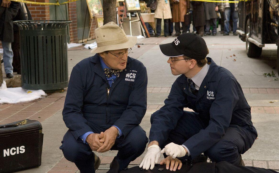 Als Ducky (David McCallum, l.) und Jimmy Palmer (Brian Dietzen, r.) zu einem Tatort gerufen werden, um eine Leiche  zu untersuchen, wird Ducky von e... - Bildquelle: CBS Television