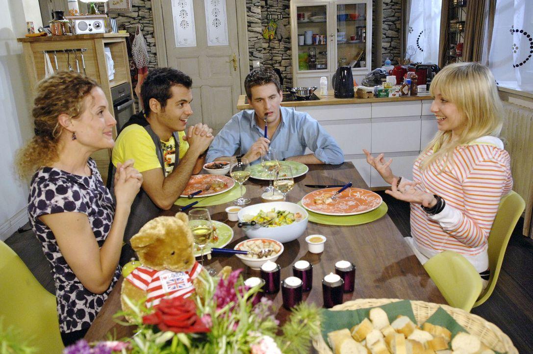 Nach ihrer Ankunft erzählt Lily (Jil Funke, r.) Lars (Alexander Klaws, 2.v.r.), Maja (Barbara Lanz, l.) und Maik (Sebastian König, 2.v.l.) aufgere... - Bildquelle: Sat.1
