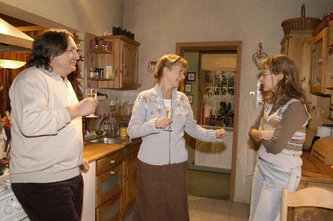 Lisas (Alexandra Neldel, r.) Eltern Bernd (Volker Herold, l.) und Helga (Ulrike Mai, M.) sind glücklich, dass ihre Tochter endlich zur Vernunft gek... - Bildquelle: Sat.1