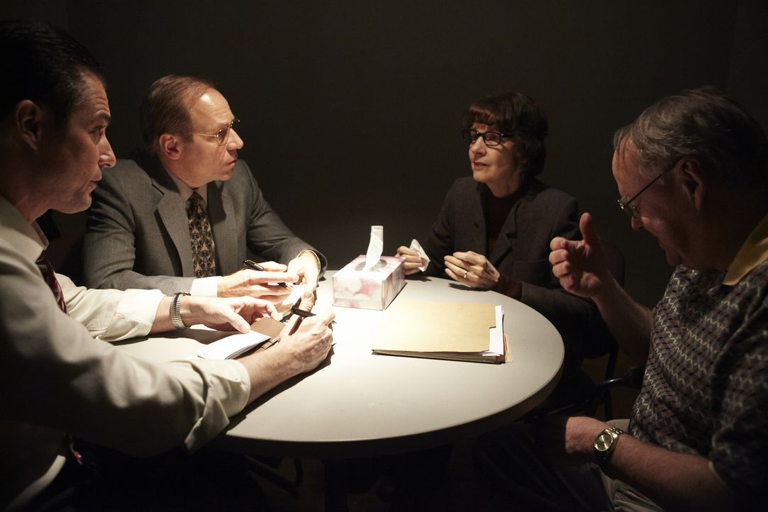 Die Ermittler Boyle (Adrian Parker, l.) und Piree (Andrew Bee, 2.v.l.) versuchen, die völlig verzweifelten Eltern Sylvester (Peter Bavis, r.) und Vi... - Bildquelle: Ian Watson Cineflix 2012