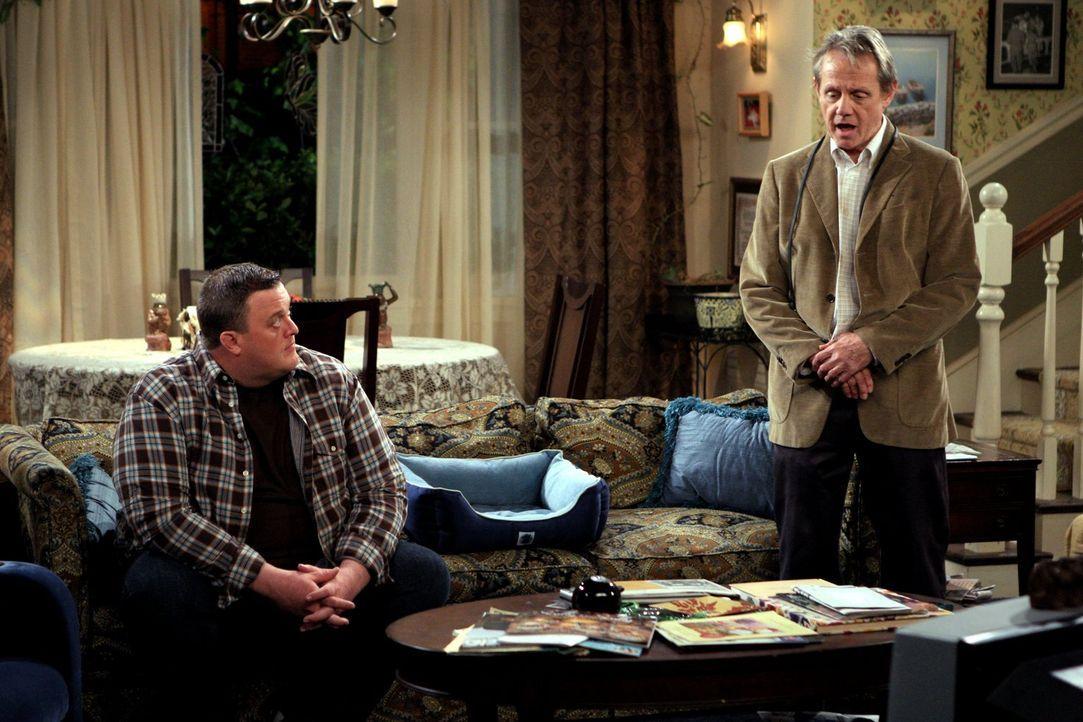 Durch eine ganz bestimmte Frage von Dennis (William Sanderson, r.) gerät die Beziehung von Mike (Billy Gardell, l.) und Molly etwas ins Wanken ... - Bildquelle: 2010 CBS Broadcasting Inc. All Rights Reserved.