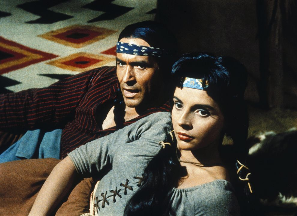 Matsu (Ricardo Montalbán, l.) und seine Frau Attoya (Darsteller unbekannt) haben Ben Cartwright das Leben gerettet. - Bildquelle: Paramount Pictures