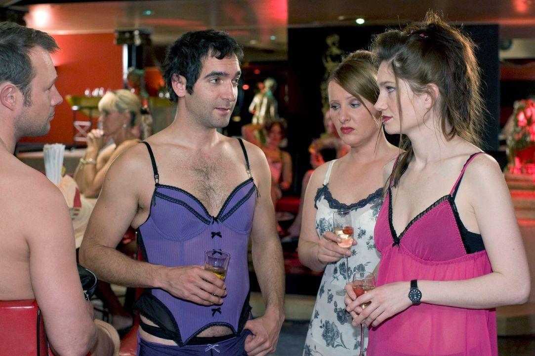Das erste Mal in einem Swinger-Club und alles läuft schief! Aber woran liegt das? Ist es vielleicht die falsche Art, mit Frauen ins Gespräch zu komm... - Bildquelle: Guido Engels Sat.1