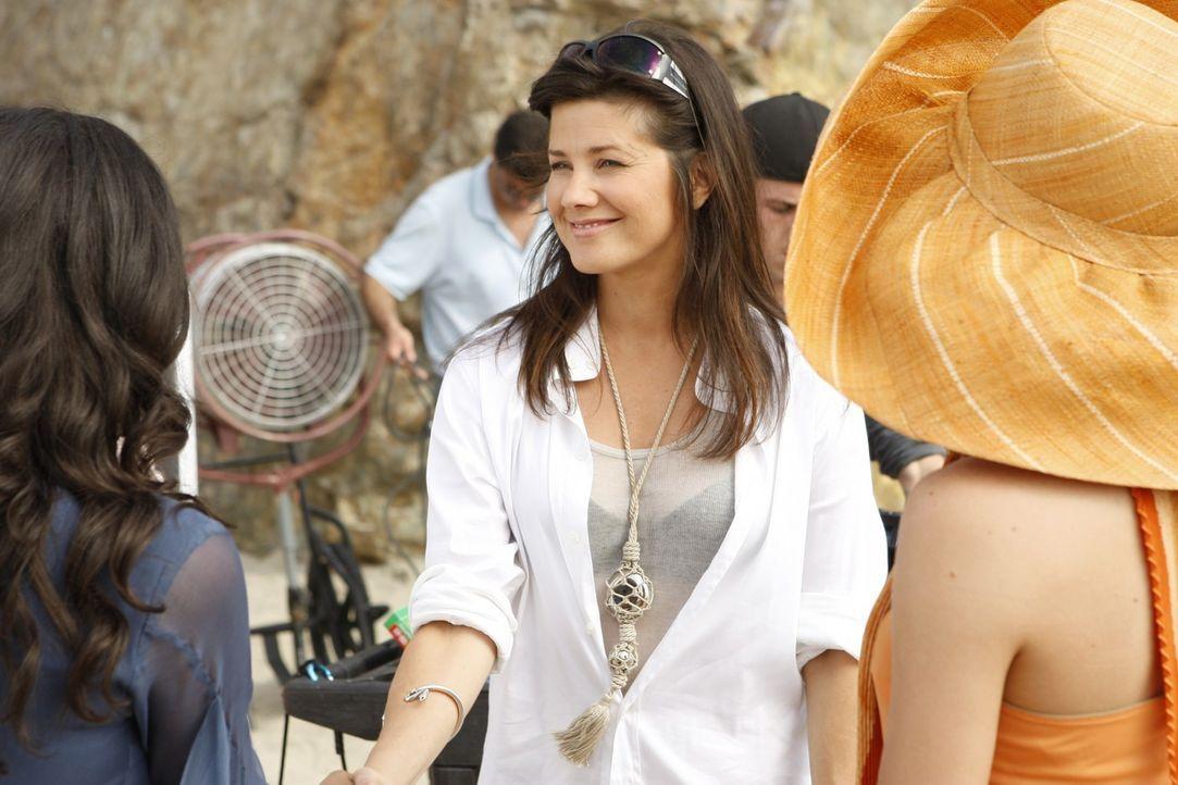 Jo (Daphne Zuniga, M.) ist begeistert von Riley (Jessica Lucas, l.) - doch nicht mehr lange... - Bildquelle: 2009 The CW Network, LLC. All rights reserved.
