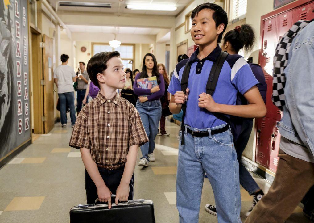 Leidet die Freundschaft von Sheldon (Iain Armitage, l.) und Tam (Ryan Phuong, r.) unter der neuen Dritten im Bunde? - Bildquelle: Warner Bros. Television
