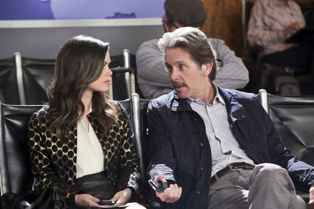 Nach ihrer ärztlichen Niederlage bei Rose sieht Zoe (Rachel Bilson, l.) ihren einzigen Rückzugsort bei ihrem Ziehvater Dr. Ethan Hart (Gary Cole, r.... - Bildquelle: Warner Bros.