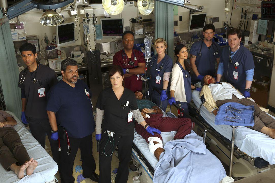 (1. Staffel) - Die Ärzte und Krankenpfleger des LA County Krankenhauses: (v.l.n.r.) Dr. Neal Hudson (Raza Jaffrey), Jesse Sallander (Luis Guzman), D... - Bildquelle: Monty Brinton 2015 ABC Studios
