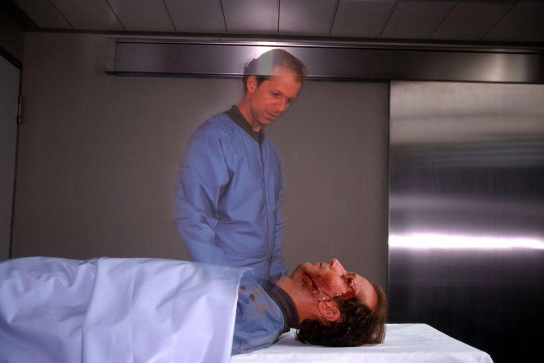 Nach dem Fallschirmsprung befindet sich Victor Petri (Jochen Horst) plötzlich im Krankenhaus und steht neben seinem eigenen toten Körper. - Bildquelle: Spitz Sat.1