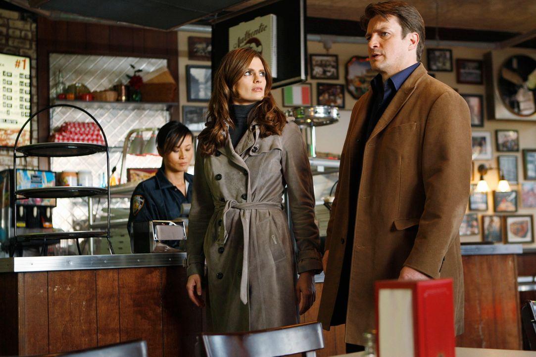 In einer Pizzeria wird eine Leiche im Pizzaofen entdeckt. Richard Castle (Nathan Fillion, r.) und Kate Beckett (Stana Katic, M.) übernehmen den Fall. - Bildquelle: ABC Studios
