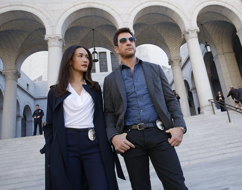 Ein Stalker hat es auf den Bürgermeister der Stadt abgesehen. Beth (Maggie Q, l.) und Jack (Dylan McDermott, r.) versuchen alles, um den Stalker zu... - Bildquelle: Warner Bros. Entertainment, Inc.