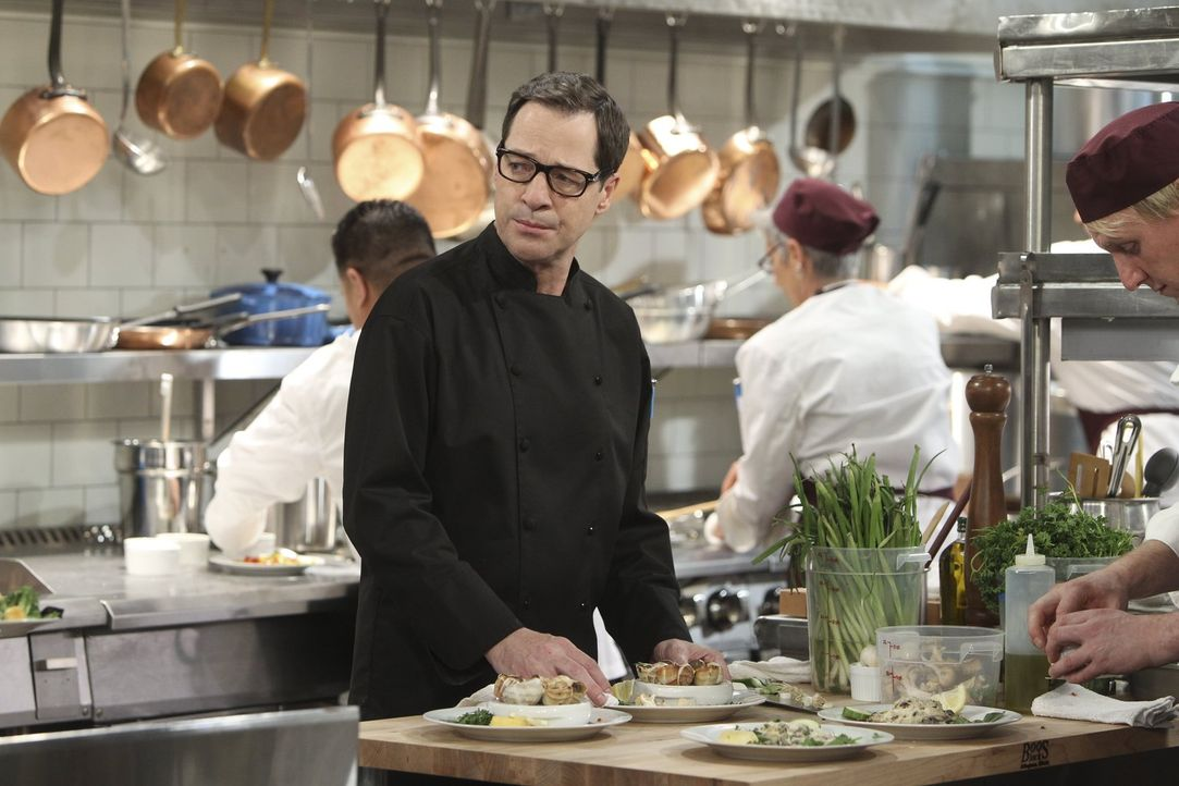 """Koch Rudy (French Stewart) merkt, dass mit Christy irgend etwas nicht stimmt: Sie ist völlig mit den Nerven fertig, weil ein Gast sie als """"gute Kell... - Bildquelle: Warner Bros. Television"""