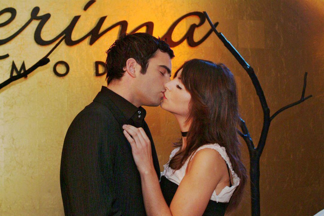 David (Mathis Künzler, l.) und Mariella (Bianca Hein, r.) küssen sich sehr innig nach der Vorführung. - Bildquelle: Monika Schürle Sat.1