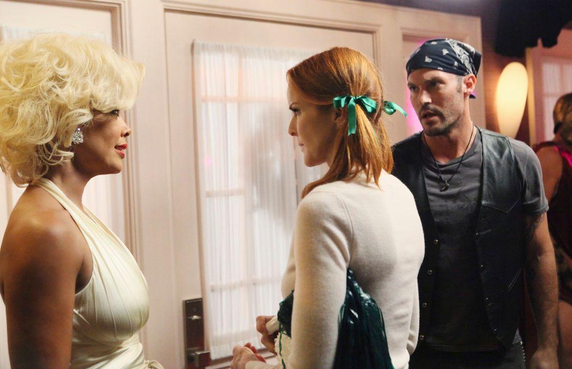Renees (Vanessa Williams, l.) Halloweenparty ist im vollen Gange, als Bree (Marcia Cross, M.) ein Geheimnis über Keith (Brian Austin Green, r.) erfä... - Bildquelle: ABC Studios