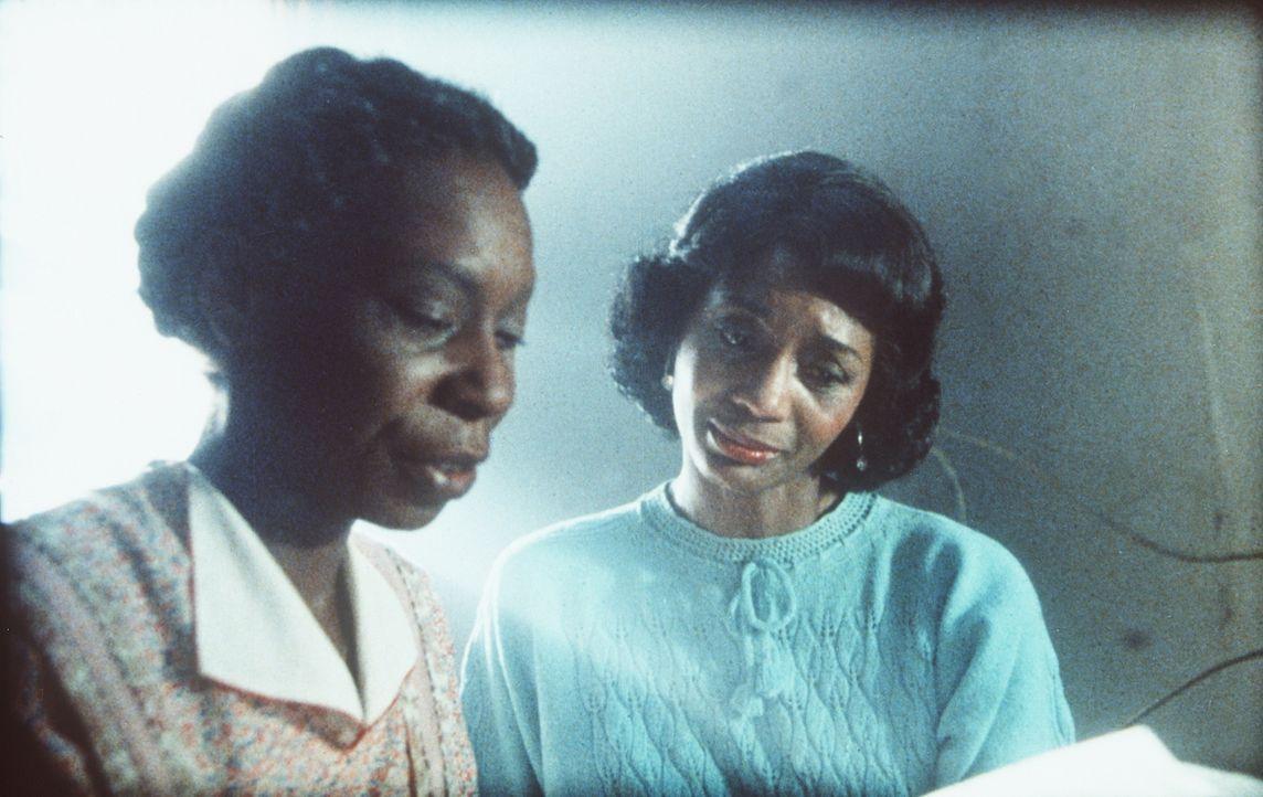 Shug Avery (Margaret Avery, r.) ist zutiefst gerührt, als Celie (Whoopi Goldberg, l.) nach Jahren ein Lebenszeichen von ihrer geliebten Schwester in... - Bildquelle: Warner Bros.