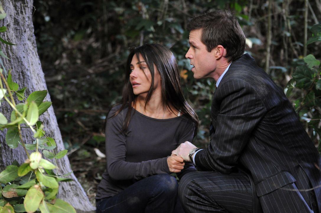 Suchen Schutz vor Sid: Martin (Eric Close, r.) und Kim (Vanessa Marcil, l.) - Bildquelle: Warner Bros. Entertainment Inc.