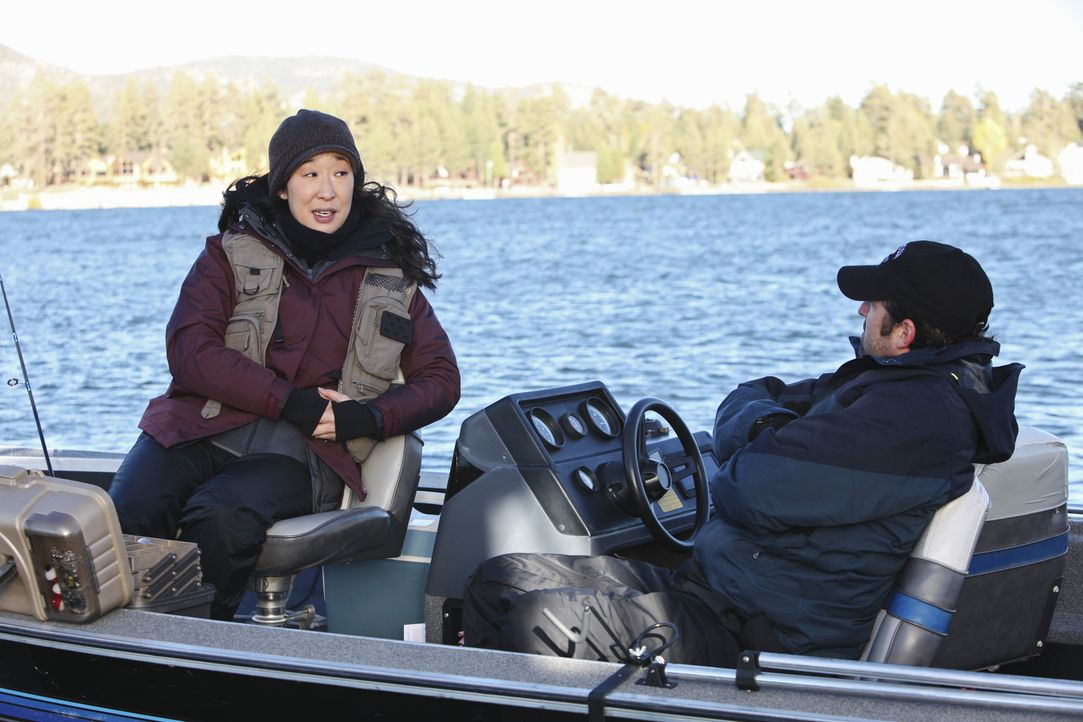 Derek (Patrick Dempsey, r.) nimmt Cristina (Sandra Oh, l.) mit zum Angeln, um sie von allem anderen wegzukriegen. Cristina kostet es viel Kraft, die... - Bildquelle: ABC Studios