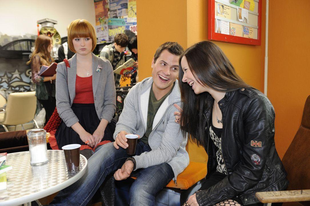 Sophie (Franciska Friede, l.) beobachtet, dass Timo (Rocco Stark, M.) und Luzi (Selina Müller, r.) ein Band der Freundschaft verbindet, bei dem sie... - Bildquelle: Christoph Assmann SAT.1