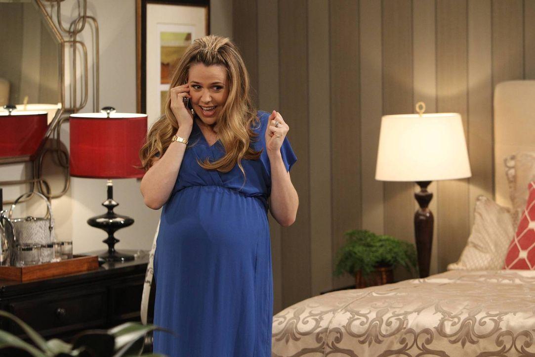 Andi (Majandra Delfino) kann es einfach nicht lassen. Ausgerechnet an ihrem freien Abend muss Andi bei ihrer Mutter anrufen ... - Bildquelle: 2013 CBS Broadcasting, Inc. All Rights Reserved.