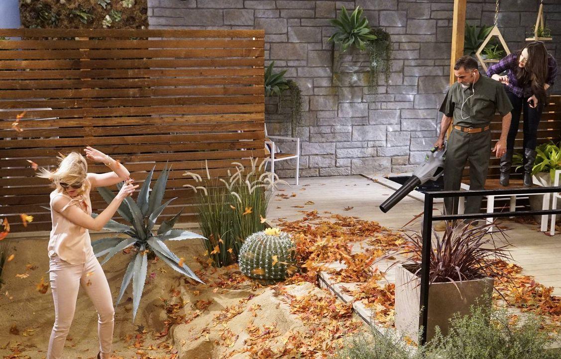 Caroline (Beth Behrs, l.) und Max (Kat Dennings, r.) sind Gäste im luxuriösen Haus von Max' Freund Randy und spielen dort Hunde-Sitter für dessen Hu... - Bildquelle: 2016 Warner Brothers
