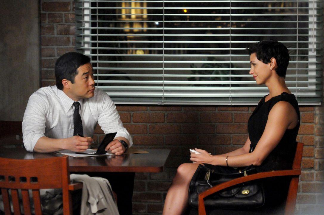 Gemeinsam mit Patrick ermittelt Kimball (Tim Kang, l.) in einem neuen Mordfall - dabei stoßen sie auf Erica (Morena Baccarin, r.) die Witwe des Opf... - Bildquelle: Warner Bros. Television