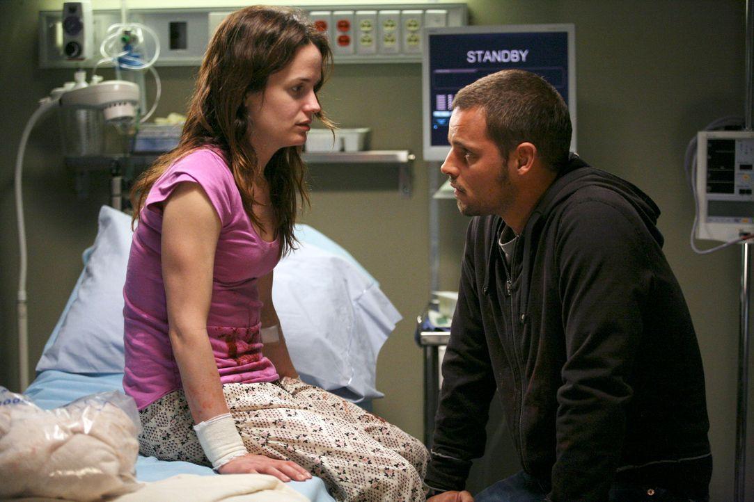 Alex (Justin Chambers, r.) bemerkt, dass Rebecca (Elizabeth Reaser, l.) an einer Persönlichkeitsstörung leidet und hofft, dass ihr geholfen wird ... - Bildquelle: Touchstone Television
