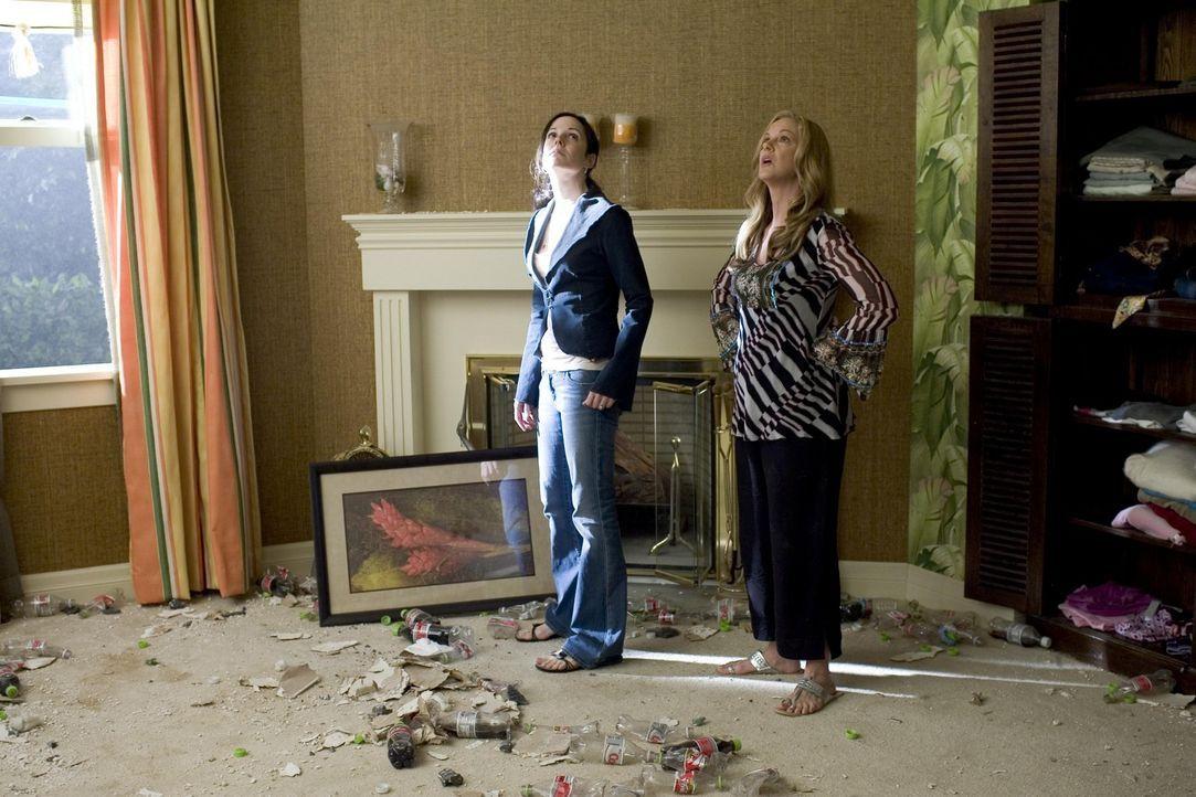 Nancy (Mary-Louise Parker, l.) und Celia (Elizabeth Perkins, r.) begutachten die Katastrophe im Haus ... - Bildquelle: Lions Gate Television