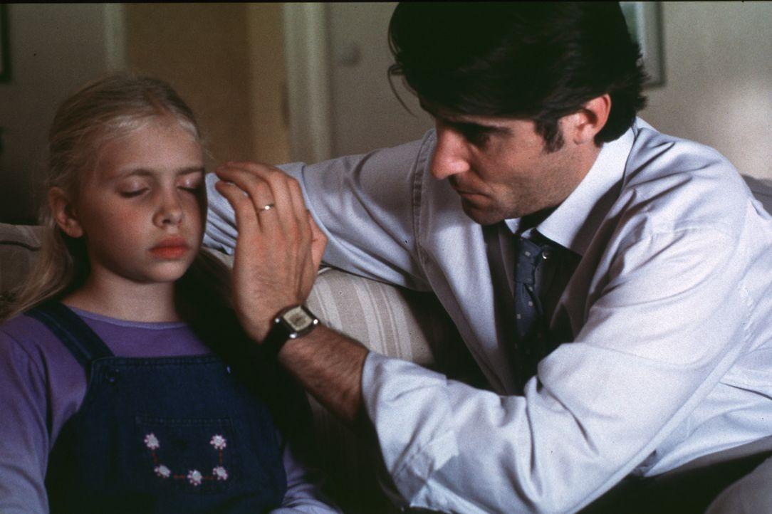 Der Hypnose-Arzt Dr. Michael Strother (Goran Visnjic, r.) besitzt die besondere Gabe, direkt in die Seelen seiner Patienten blicken zu können. Dies...