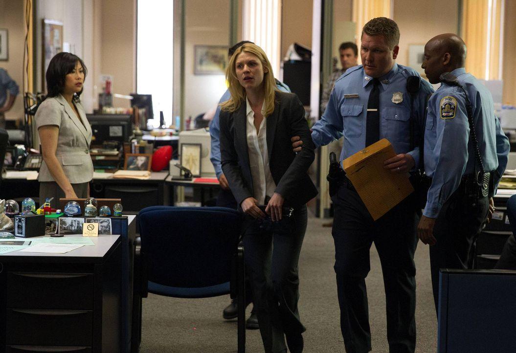Um ihre Version der Ereignisse rund um den Anschlag darzulegen, sucht Carrie (Claire Danes, 2.v.l.) eine Journalistin auf. Saul und die CIA wollen d... - Bildquelle: 2013 Twentieth Century Fox Film Corporation. All rights reserved.