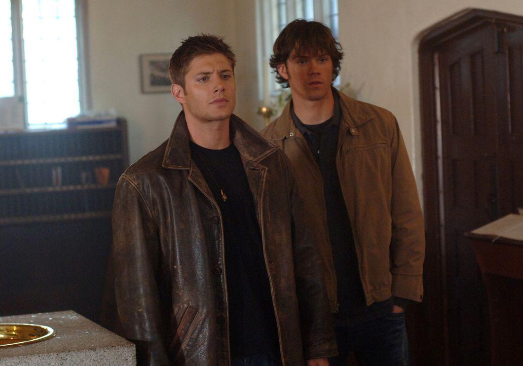 Sam (Jared Padalecki, r.) und Dean Winchester (Jensen Ackles, l.) müssen die Knochen eines Geistes finden und diese zerstören, wenn sie Lori und ihr... - Bildquelle: Warner Bros. Television