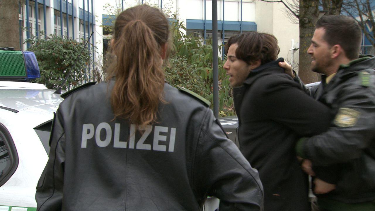 Polizistin_zwischen_den_Fronten2 - Bildquelle: SAT.1