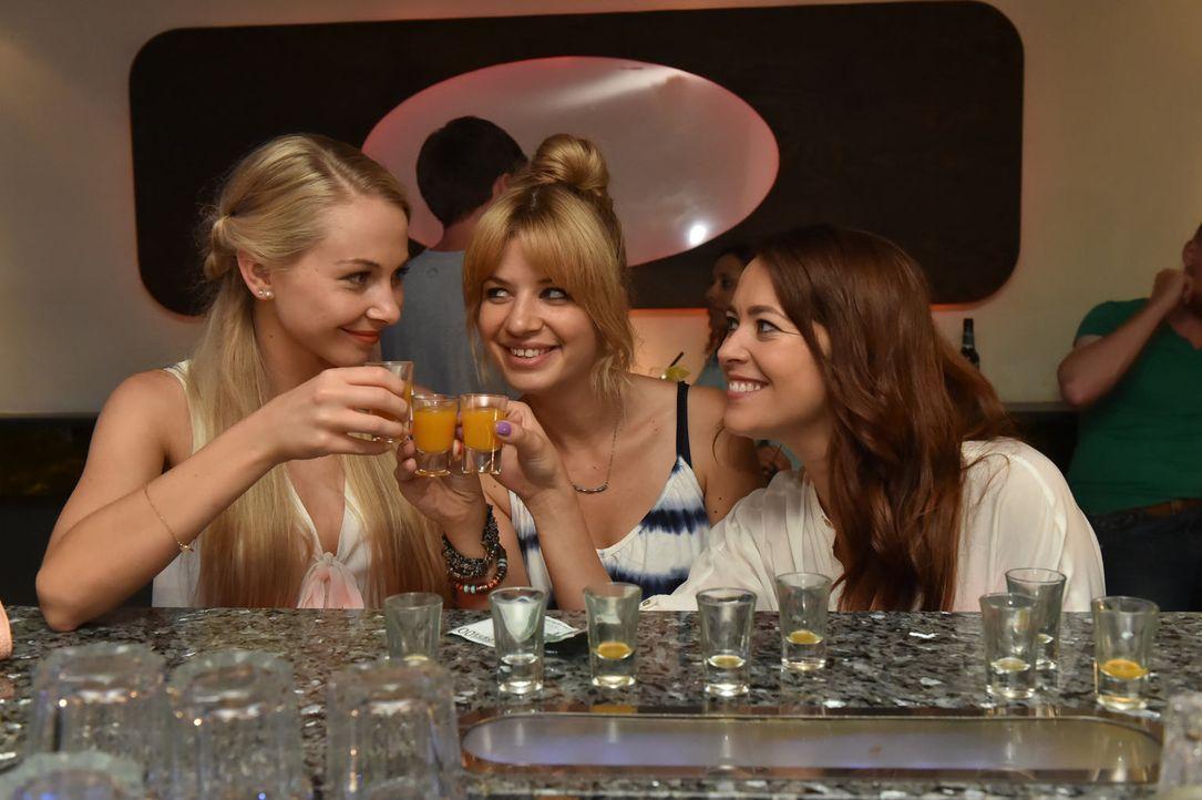 (v.l.n.r.) Luisa (Jenny Bach), Mila (Susan Sideropoulos) und Sally (Laura Osswald) lassen es sich bei ihrem Mädelsabend so richtig gut gehen. Keine... - Bildquelle: Claudius Pflug sixx