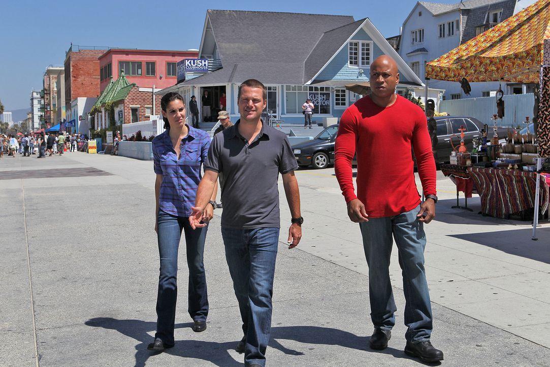 Arbeiten an einem neuen Fall: Agent G. Callen (Chris O'Donnell, M.), Special Agent Sam Hanna (LL Cool J, r.) und Special Agent Kensi Blye (Daniela R... - Bildquelle: CBS Studios Inc. All Rights Reserved.