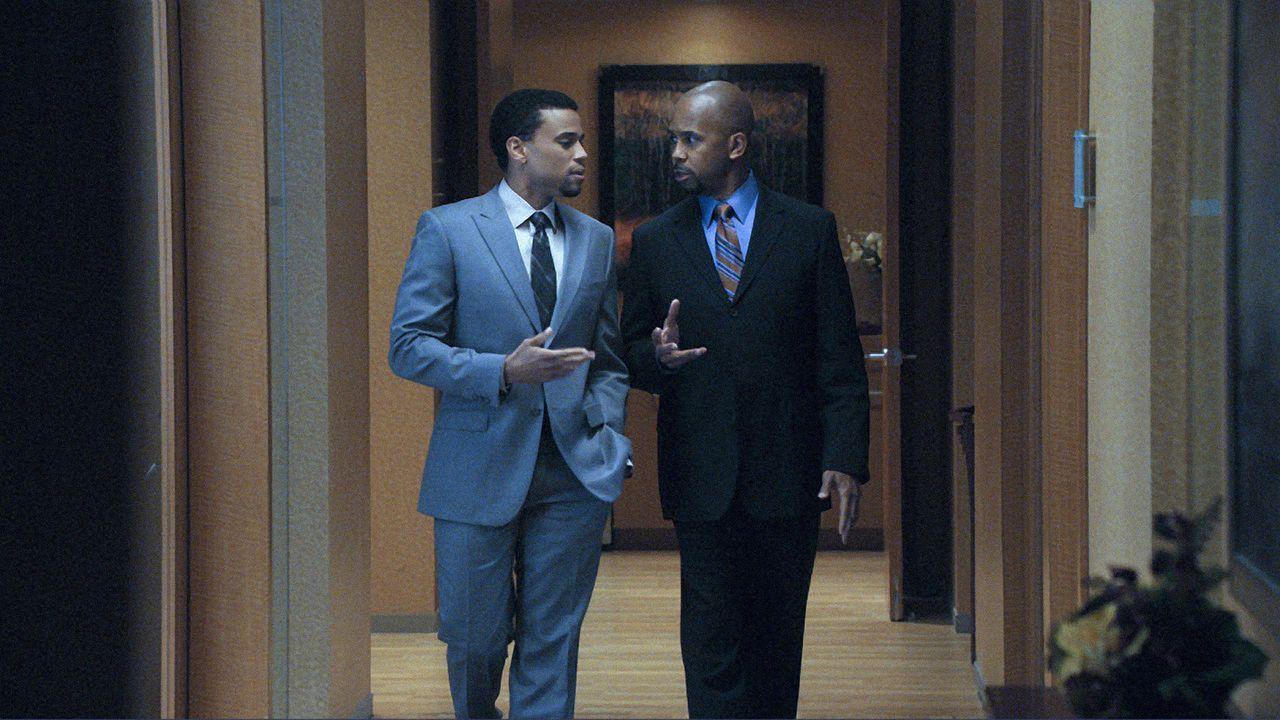 Derrick Bond (Michael Ealy, l.) und Julius Cain (Michael Boatman, r.) unterhalten sich über die Spannungen in der Kanzlei. - Bildquelle: CBS   2011 CBS Broadcasting Inc. All Rights Reserved.