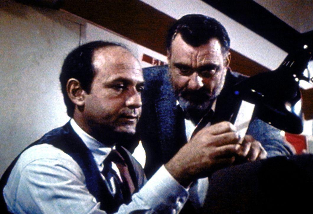 Mark (Victor French, r.) beweist Pete Nelson (David Spielberg, l.), wer wirklich hinter dem Marihuana-Schmuggel steckt. - Bildquelle: Worldvision Enterprises, Inc.