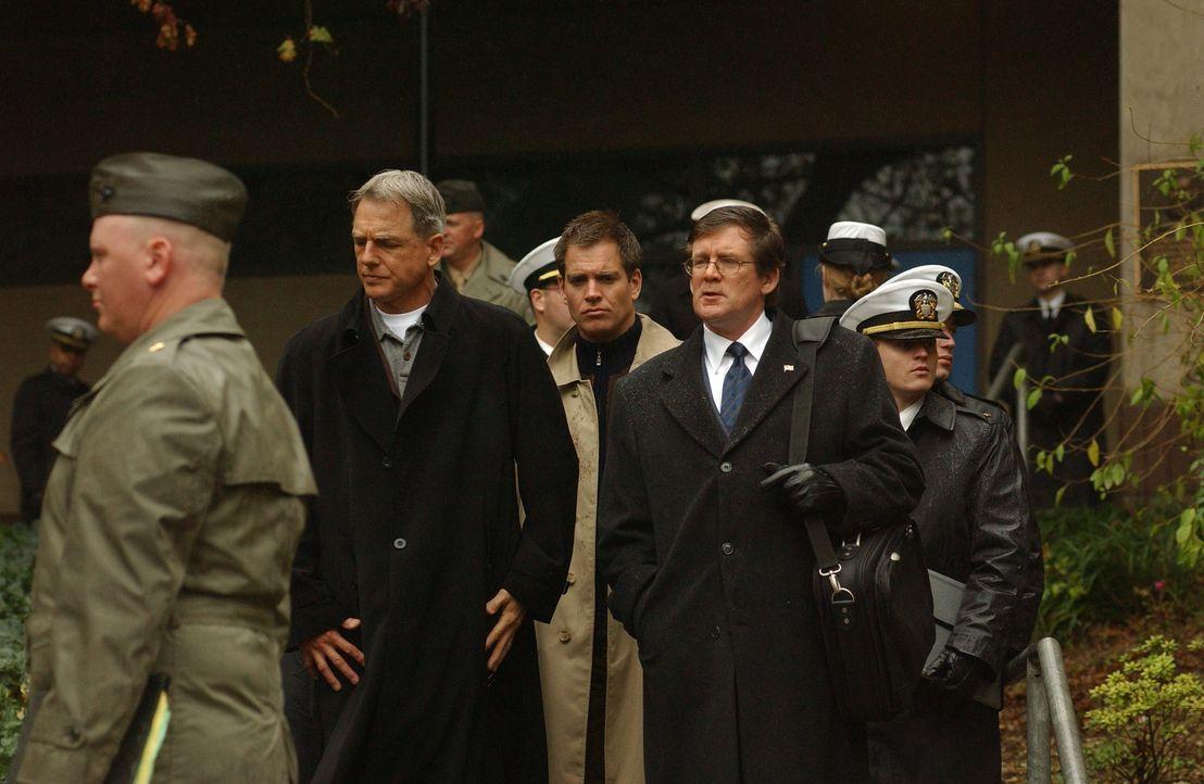 Leroy Gibbs (Mark Harmon, 2.v.l.) und Tony Dinozzo (Michael Weatherly, M.) nehmen Purcell (Anthony Heald, 2.v.r.) fest, müssen ihn jedoch wieder la... - Bildquelle: CBS Television