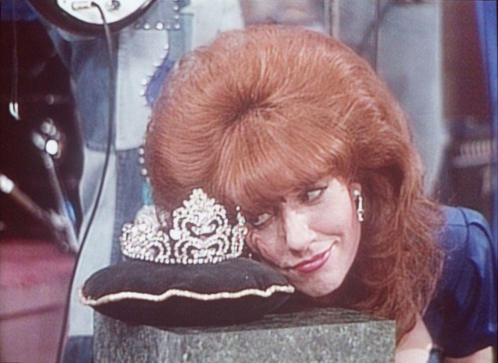 Diese Krone möchte Peggy (Katey Sagal) tragen - als Ballkönigin. - Bildquelle: Sony Pictures Television International. All Rights Reserved.