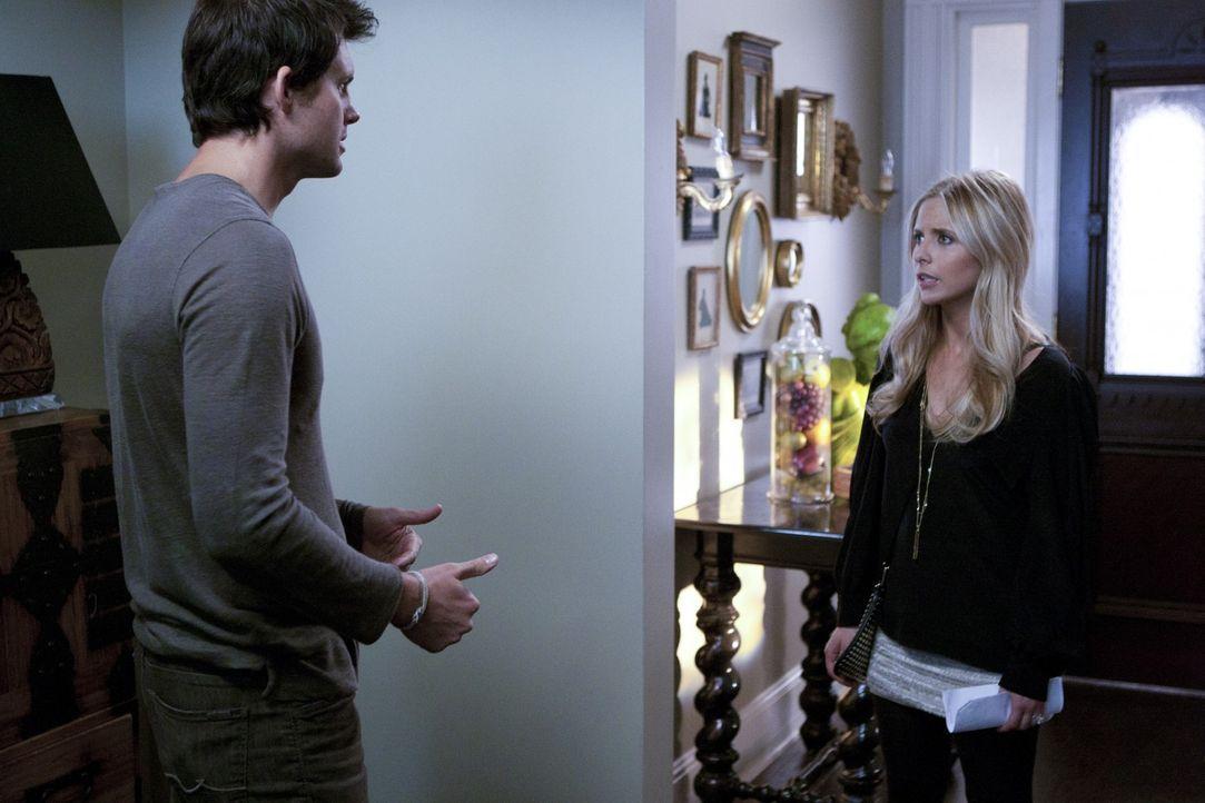 Hat Henry (Kristoffer Polaha, l.) seiner Frau Gemma tatsächlich etwas angetan? Für Bridget (Sarah Michelle Gellar, r.) sieht es sehr danach aus ... - Bildquelle: 2011 THE CW NETWORK, LLC. ALL RIGHTS RESERVED