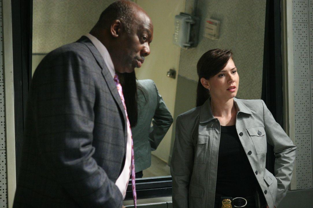 Sind Josie (Sarah Brown, r.) und Det. Will Jeffries (Thom Barry, l.) auf der richtigen Spur? - Bildquelle: Warner Bros. Television