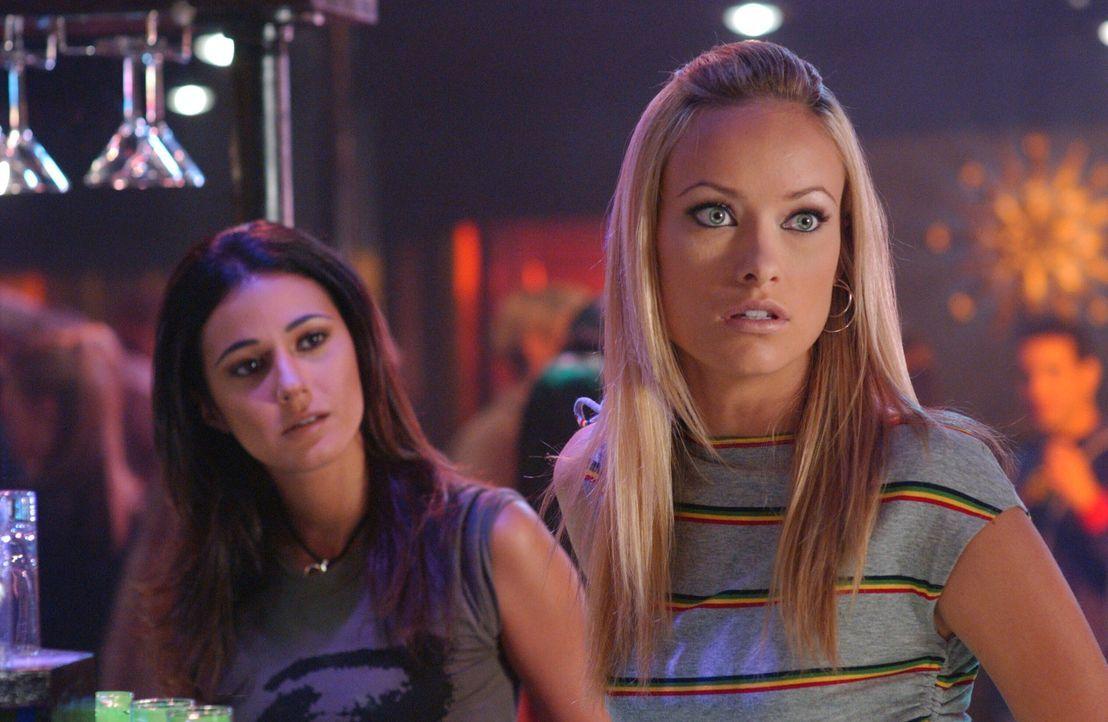 Ryan findet raus, dass Alex' (Olivia Wilde, r.) Ex kein Mann, sondern eine Frau (Emmanuelle Chriqui, l.) ist ... - Bildquelle: Warner Bros. Television