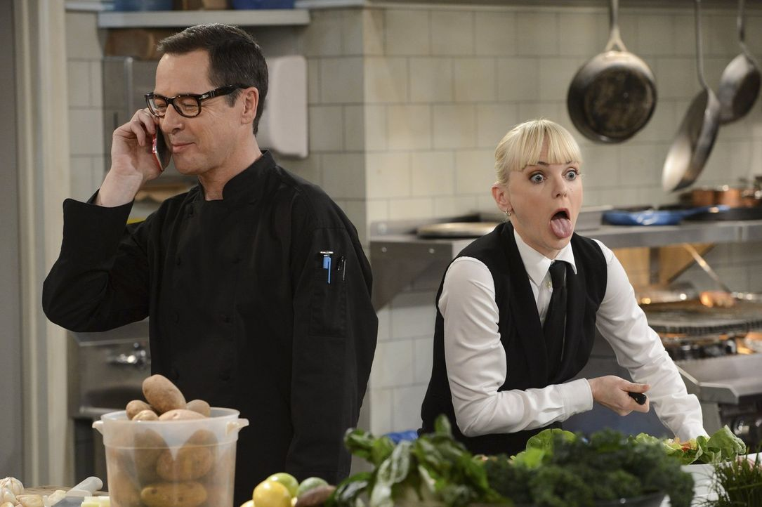 Christy (Anna Faris, r.) kriegt die Krise, als sie hört, wie Chefkoch Rudy (French Stewart, l.) am Telefon mit ihrer Mutter flirtet ... - Bildquelle: Warner Brothers Entertainment Inc.