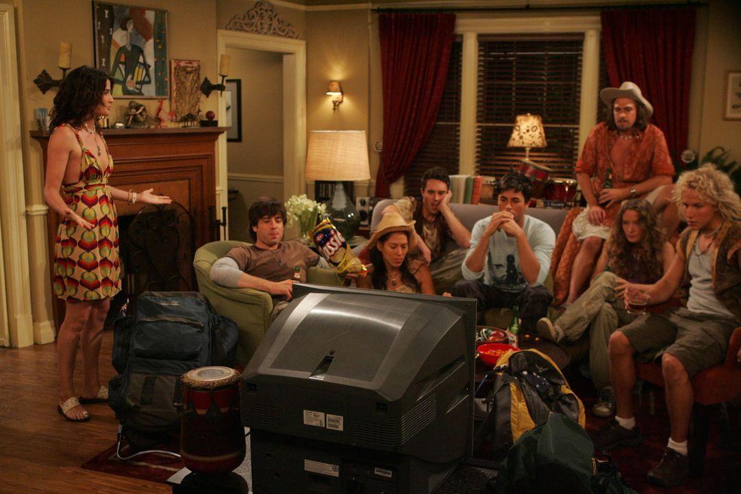 Gael (Enrique Iglesias, 4.v.r.) bekommt Besuch von Traveler-Freunden, die sich bei Robin in der Wohnung einquartieren. Robin (Cobie Smulders, l.) ko... - Bildquelle: 20th Century Fox International Television