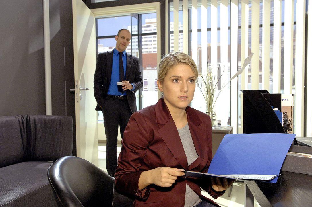 Durch Zufall entdeckt Anna (Jeanette Biedermann, r.) Unterlagen, die beweisen, dass Gerrit (Lars Löllmann, l.) absichtlich die Agentur in die Pleite... - Bildquelle: Claudius Pflug Sat.1