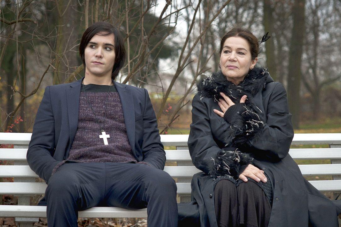 Seine Oma Wally (Hannelore Elsner, r.) ist nie um einen guten Ratschlag verlegen und unterstützt Tom (François Goeske, l.) - auch bei seinen manchma... - Bildquelle: NFP