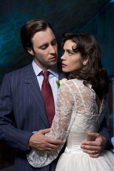 Noch sind Mick (Alex O'Loughlin, l.) und Coraline (Shannyn Sossamon, r.) ein glückliches Paar. Doch die Hochzeitsnacht verändert alles ... - Bildquelle: Warner Brothers