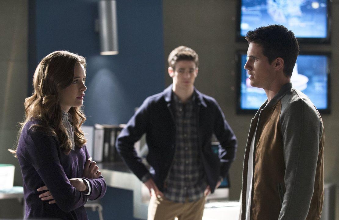 Als Caitlin (Danielle Panabaker, l.) und Barry (Grant Gustin, M.) klar wird, dass Ronnie (Robbie Amell, r.) für alle gefährlich werden kann, müssen... - Bildquelle: Warner Brothers.