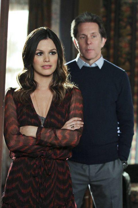 Einerseits möchte Zoe (Rachel Bilson, l.), dass ihr Ziehvater Dr.Ethan Hart (Gary Cole, r.) nach Bluebell kommt, aber andererseits tritt sie ihm mit... - Bildquelle: Warner Bros.