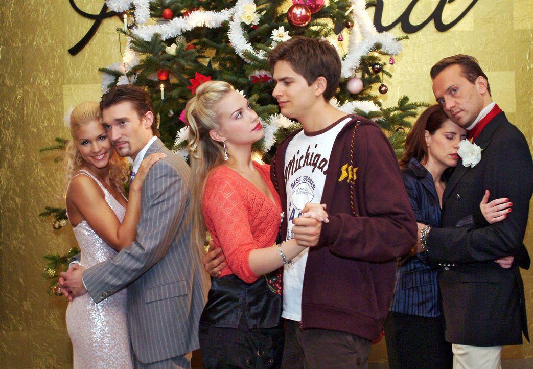 Die Weihnachtsfeier ist in vollem Gange - und dank des Weihnachtsmanns ist die Stimmung gelöst und Paare finden sich auf magische Weise zusammen. V... - Bildquelle: Monika Schürle Sat.1