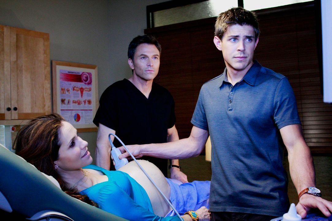 Während Dell (Chris Lowell, r.) und Pete (Tim Daly, M.) bei Violet (Amy Brenneman, l.) eine Ultraschalluntersuchung durchführen, müssen Sam und Addi... - Bildquelle: ABC Studios