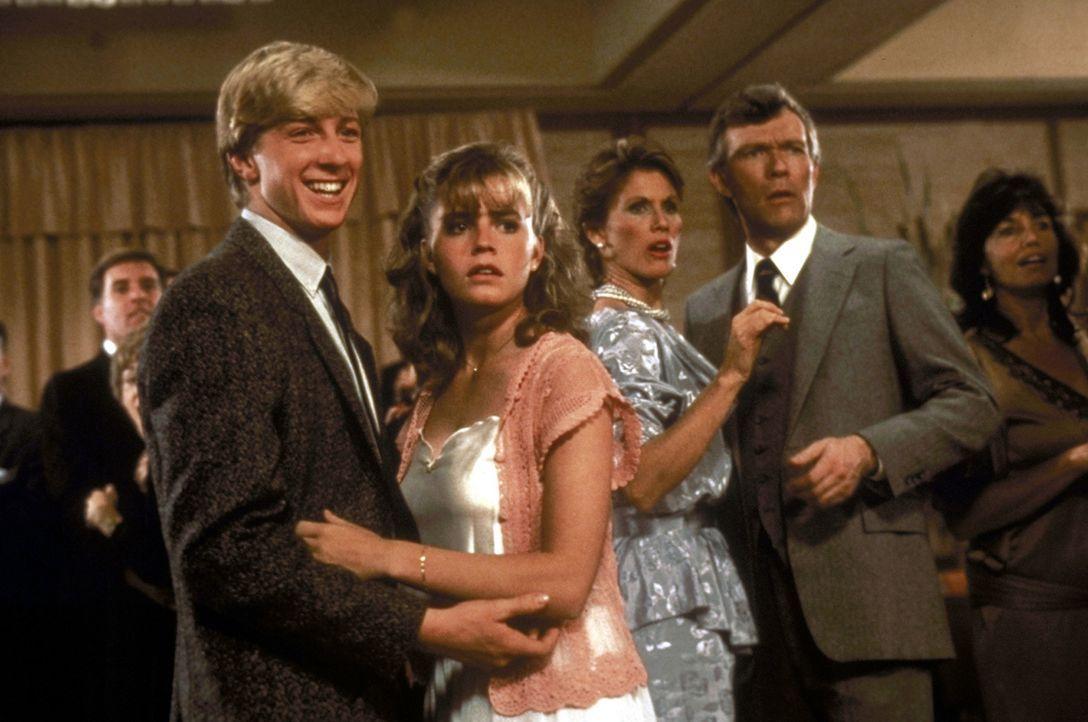 Einzig die schöne Ali (Elizabeth Shue, 2.v.l.) hält zu dem Neuankömmling Daniel. Die anderen machen sich über ihn lustig und er wird die Zielsch... - Bildquelle: Columbia Pictures