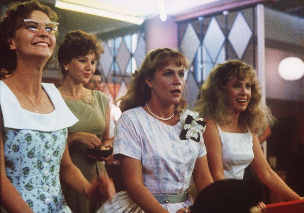 Peggy Sue (Kathleen Turner, 2.v.r.) genießt das Zusammensein mit ihren Freundinnen Maddy (Joan Allen, l.) und Carol (Catherine Hicks, r.) ... - Bildquelle: TriStar Pictures